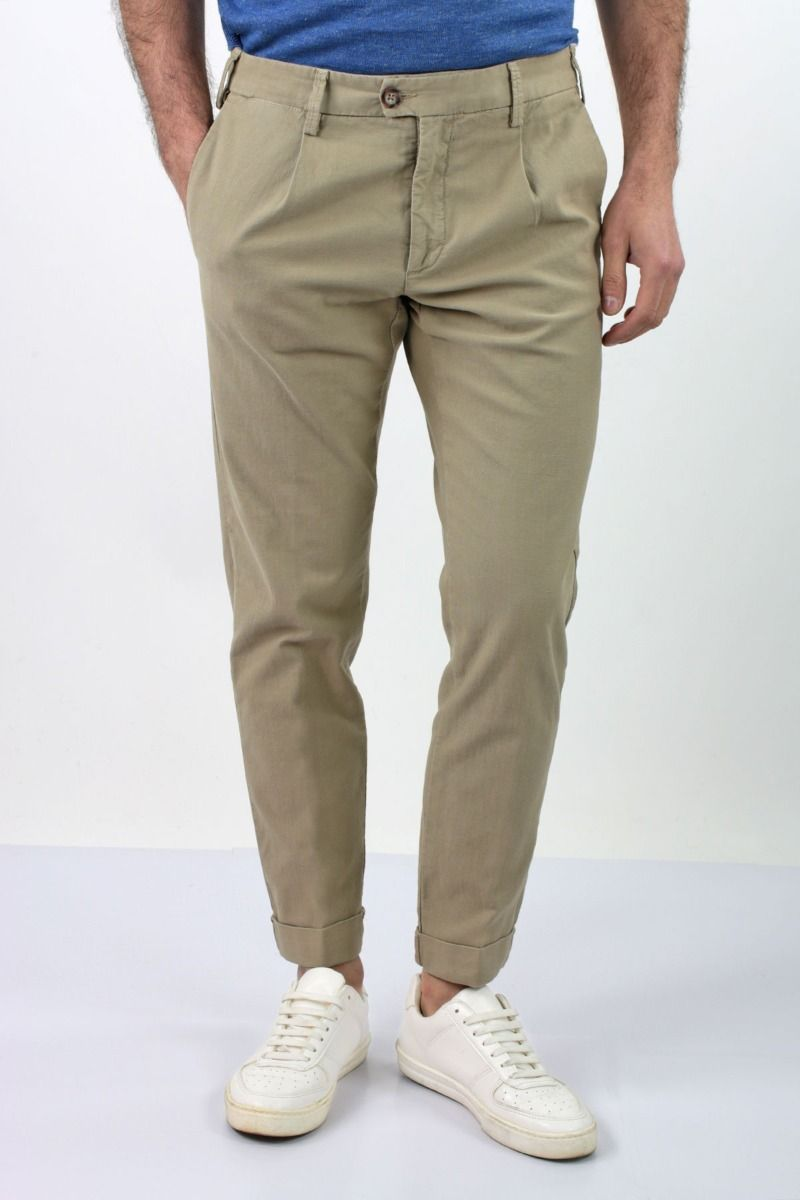 TROUSERS TEXTURED WITH PENCE AND THREAD POCKETS BEHIND